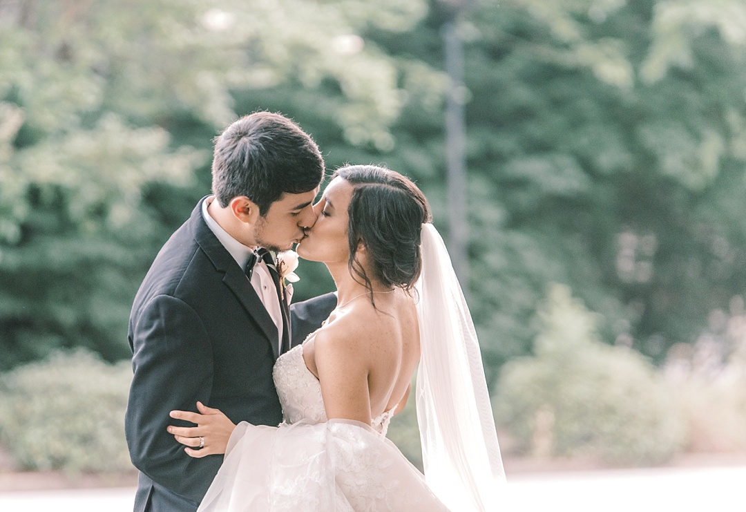 greenville sc wedding at commerce club wedding photography bride and groom kissing downtown greenville